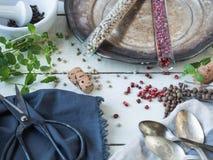 烘干在玻璃木盆和碗的五颜六色的胡椒用新鲜薄荷 库存照片