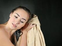烘干她的头发的年轻美丽的妇女毛巾 库存照片