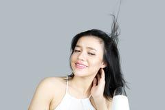烘干她的有吹风器的妇女头发 库存图片