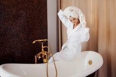 烘干她的有毛巾的浴巾的美丽的女孩头发 在浴以后的女孩 免版税库存照片