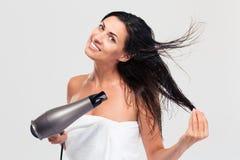 烘干她的头发的毛巾的微笑的妇女 免版税库存照片