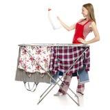 烘干有干净的衣裳塑料瓶的围裙衣裳的妇女机架液体洗涤剂的 库存图片