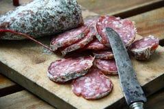 烘干法国香肠(saucisson)从南法国的罗讷阿尔卑斯地区 免版税库存图片