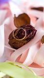 在红色玫瑰的定婚戒指 库存照片