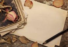 烘干玫瑰色和旧书 免版税库存照片
