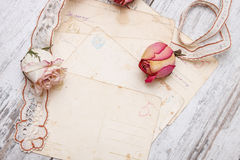 烘干玫瑰色和老信函 库存图片