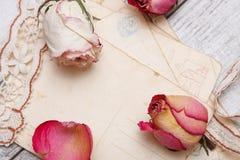 烘干玫瑰色和老信函 免版税库存图片