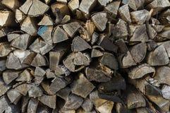 烘干的木堆整洁地被堆积的木柴和小木头为 库存图片