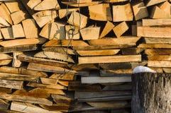 烘干的木堆整洁地被堆积的木柴和小木头为 免版税库存图片