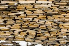 烘干的木堆整洁地被堆积的木柴和小木头为 免版税库存照片