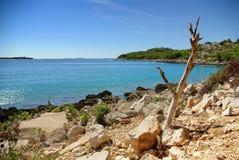 烘干绿松石海运的海岸的岩石地产 免版税库存照片