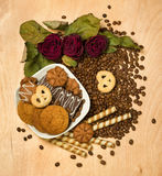 烘干英国兰开斯特家族族徽和曲奇饼在咖啡种子 免版税库存图片