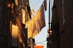 烘干被洗涤的衣裳外面,特罗吉尔,克罗地亚 免版税库存照片