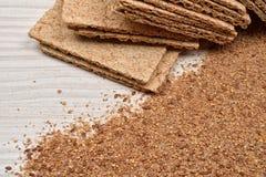 烘干饮食酥脆面包和缺一不可的小麦面粉在木backgro 免版税库存照片