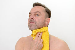 烘干他的与毛巾的愉快的中古时期人脖子 免版税库存照片