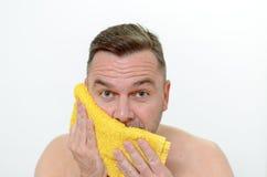 烘干他的与毛巾的愉快的中古时期人面颊 库存照片