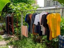 烘干他们的被洗涤的衣裳外面在的天空中的泰国样式 库存照片