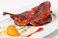 烘烤一半鸭子用焦糖的柠檬 免版税图库摄影
