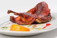 烘烤一半鸭子用焦糖的柠檬 免版税库存图片