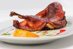 烘烤一半鸭子用焦糖的柠檬 图库摄影