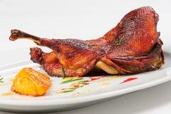 烘烤一半鸭子用焦糖的柠檬 免版税库存照片