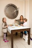 烘烤与家庭的曲奇饼 免版税库存图片