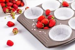 烘烤准备狂放的strawberrys和纸杯在cupacake pa 免版税库存照片