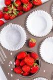 烘烤准备狂放的strawberrys和纸杯在cupacake pa 免版税图库摄影