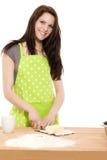 烘烤剪切缩短妇女年轻人 免版税库存图片