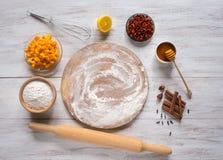 烘烤南瓜饼用goji莓果 套烘烤的成份在一张白色木桌上 免版税图库摄影