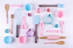 烘烤和烹调概念 样式由曲奇饼切削刀制成,扫,滚轮销,并且厨房烘烤为做甜点的工具 库存图片