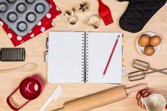 烘烤和酥皮点心工具有笔记本的 免版税图库摄影