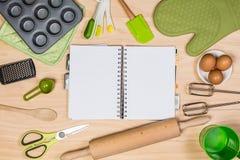 烘烤和酥皮点心工具有笔记本的 免版税库存照片