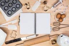 烘烤和酥皮点心工具有笔记本的 图库摄影