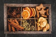 烘烤和鸡尾酒的圣诞节香料 免版税库存照片