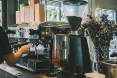 烘烤器做与咖啡机器的咖啡 免版税库存图片