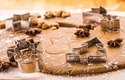 烘烤圣诞节姜饼 免版税库存照片