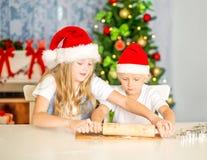 烘烤圣诞节曲奇饼的兄弟姐妹 库存图片