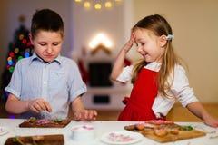 烘烤圣诞节曲奇饼的孩子 免版税库存图片
