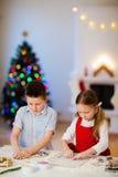 烘烤圣诞节曲奇饼的孩子 库存照片