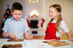烘烤圣诞节曲奇饼的孩子 库存图片