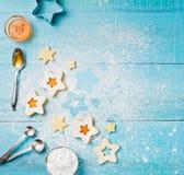 烘烤圣诞节曲奇饼重点月亮塑造星形 库存照片