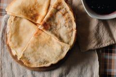 烘烤在一个木板的滚动的薄煎饼 在毛巾的薄煎饼 免版税库存照片