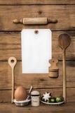 烘烤在圣诞节时间 与厨房器物的木背景 免版税库存图片