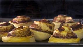 烘烤在对流烤箱的桂皮卷 免版税库存图片