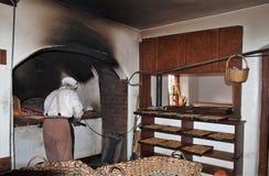 烘烤在木烤箱在Winkler ` s面包店在老萨利姆 免版税库存图片