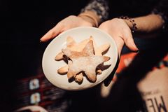 烘烤在板材的圣诞节甜点姜饼曲奇饼 免版税库存照片