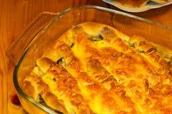 烘烤在烤箱自创饼充塞用乳酪和蘑菇 免版税库存照片