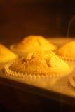 烘烤在热的烤箱的香草松饼 库存照片