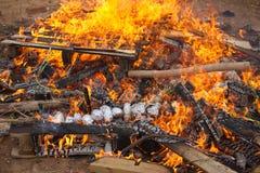 烘烤在篝火的土豆 图库摄影